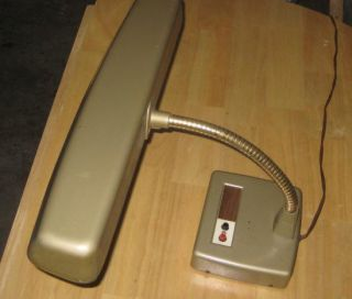 This auction is for a working vintage gooseneck desk lamp. Lamp