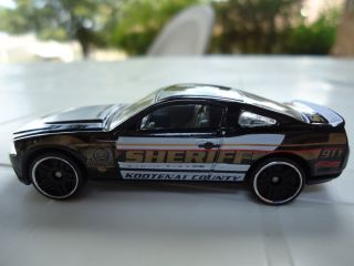 64 SCALE HOT WHEELS 2012 MAIN STREET SHERIFF 2010 FORD MUSTANG GT